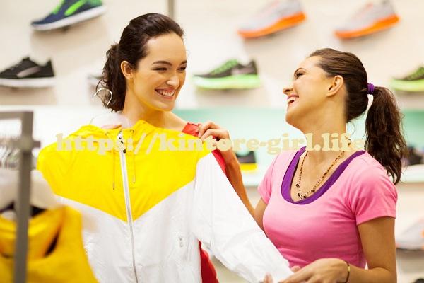 フィットネスウェアを選ぶ女子