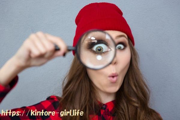 虫眼鏡をのぞく女性